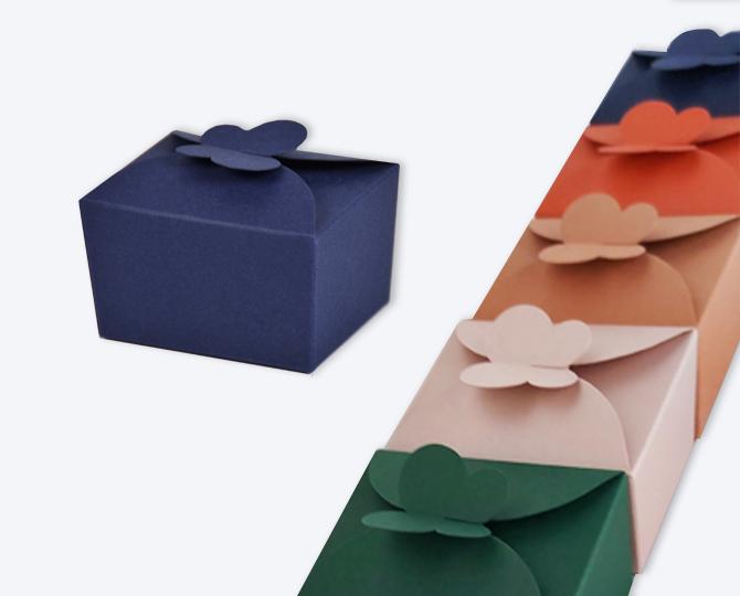 Vlinderdoosjes assortiment kleuren papier doosje met strik geboortekaartje communie huwelijk